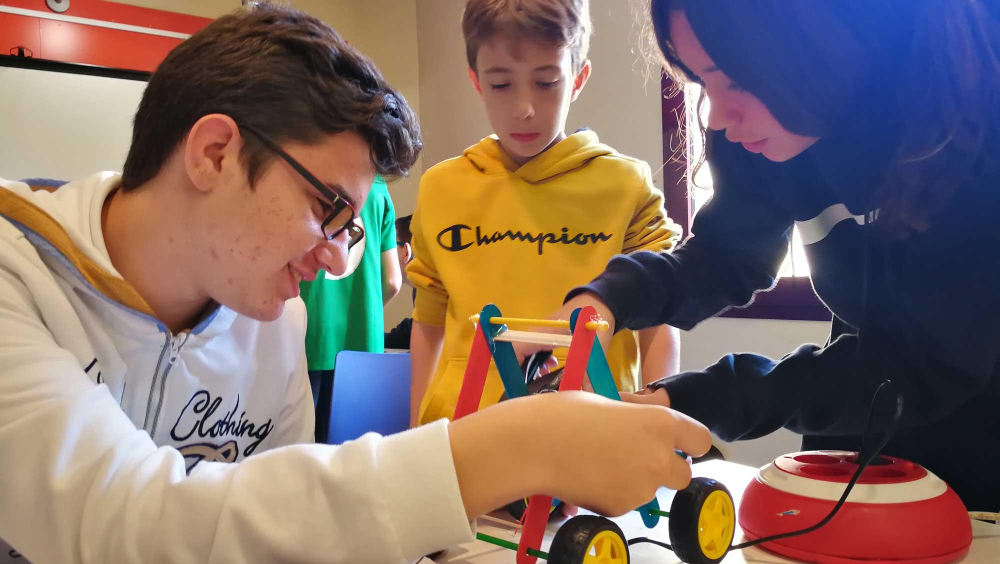 Alumnos de Codelearn construyendo un robot Autoworm