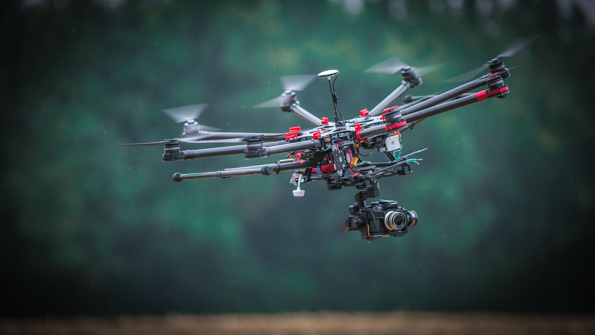 Los drones forman parte del grupo de Vehículos Aéreos No Tripulados (VANT), es decir, no tienen piloto y se pueden controlar remotamente o de manera autónoma
