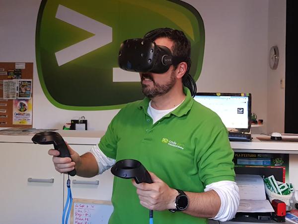 La realidad virtual es una realidad artificial que se percibe como su fuera real y su objetivo es sustituir a la realidad que nos rodea mediante dispositivos que nos hacen creer que estamos en otro lugar